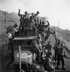 TALY. Anzio. January, 1943. American soldiers rejoicing upon reaching Italian soil, after their beachhead landings. © Robert Capa © International Center of Photography